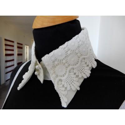 Cuello de encaje bordado macrame y botones de perlas tamano S