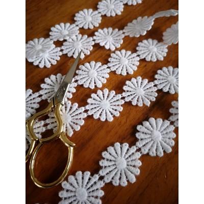 Macrame Daisies Cotton Lace White width cm.2.5 pack mt.13.80 Art.m405