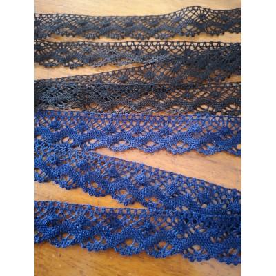Dentelle aux fuseaux en coton bleu et noir hauteur cm.2 art.1418