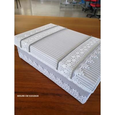 Boite à couture doublèe gris shabby en tissu, dentelles et cordons mesures cm 31x10x20