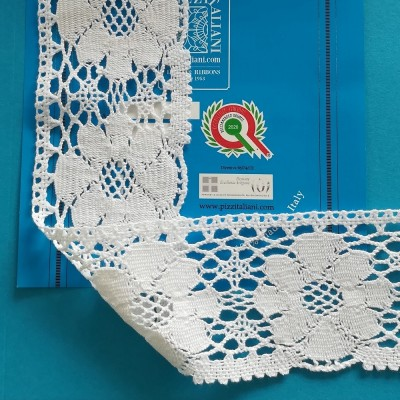 Encaje de bolillos de algodón motivo floral festoneado Alto cm.7.5 Paquete mt.10 Art.1666