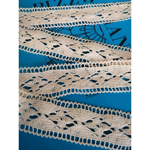Edged Cotton Bobbin Lace with geometric pattern Height cm.3.5 Piece mt.10 Art.0956